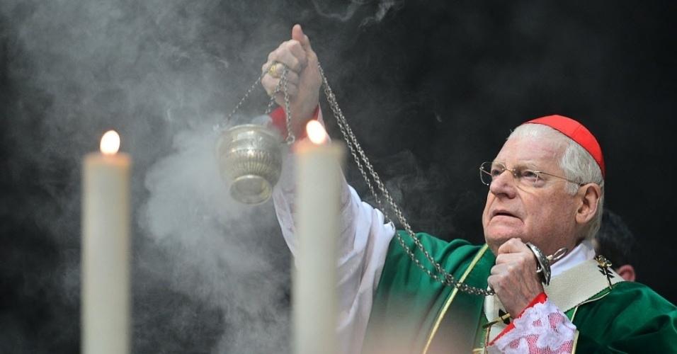 12.fev.2013 - O cardeal Angelo Scola, da Itália, um dos favoritos à sucessão papal, celebra missa em Milão nesta terça-feira (12). O papa Bento 16 anunciou ontem que renunciará ao cargo no próximo dia 28
