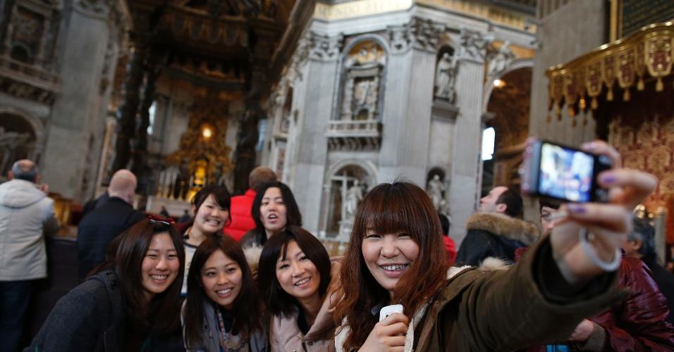 12.fev.2013 - Turistas tiram foto na Basílica de São Pedro, no Vaticano, após o papa Bento 16 anunciar renúncia