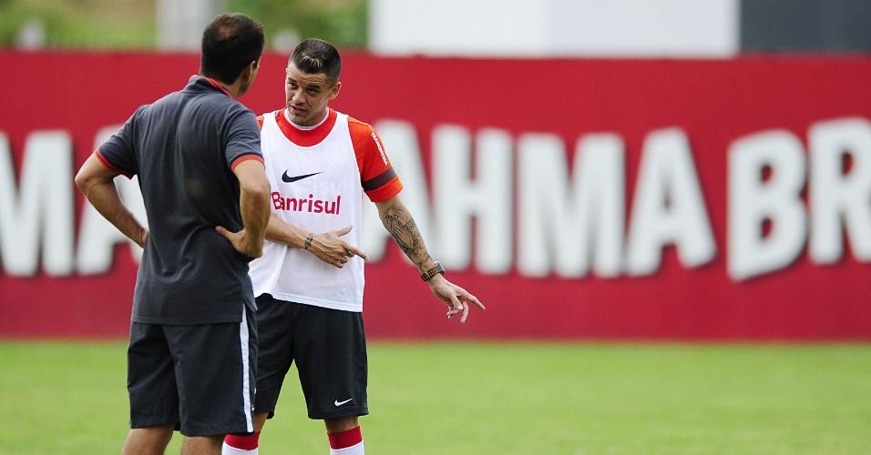Dunga conversa com D'Alessandro após treino do Inter no CT do Parque Gigante (12/02/13)