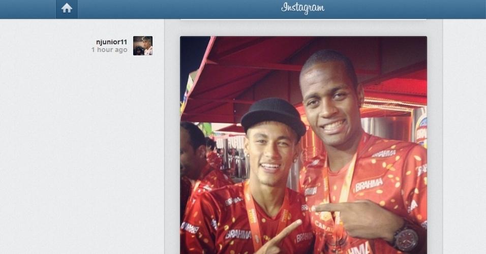 Neymar aparece ao lado do zagueiro vascaíno Dedé em desfile no Rio e diz: