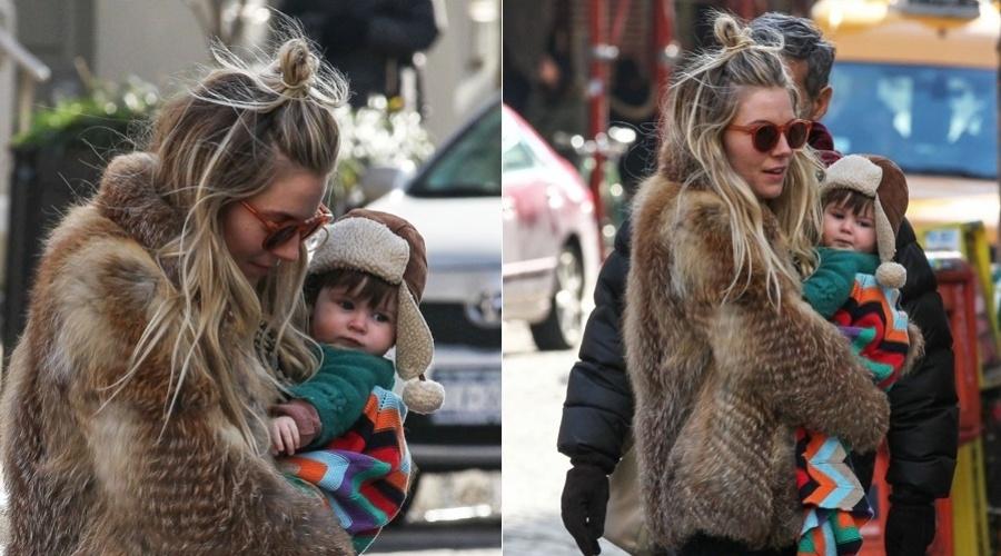12.fev.2013 - A atriz Sienna Miller passeou com o filho, Marlowe, pelo bairro do Soho, em Nova York. O menino tem seis meses e é fruto do relacionamento da atriz com  Tom Sturridge