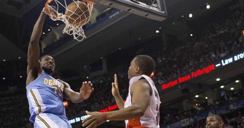 12.fev.2013 - Kenneth Faried enterra na derrota de seu Denver Nuggets para o Toronto Raptors, que está em ascensão na NBA
