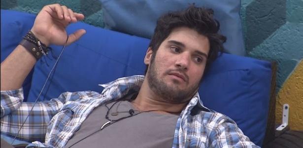 12.fev.2013 - Marcello conversa com Ivan a Andressa na área externa da casa