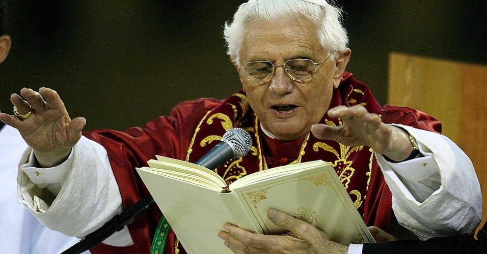 12.mai.2007 - Papa Bento 16 celebra missa no Santuário Nacional de Aparecida do Norte (SP)