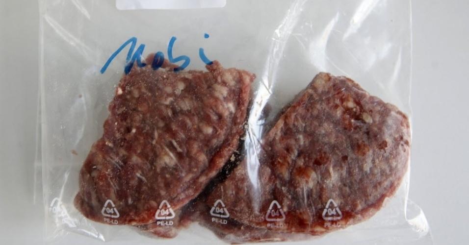 13.fev.201 3- Amostra de carne é levada para testes em laboratório na cidade de Krefeld, na Alemanha. A Comissão Europeia pediu nesta quarta-feira (13) que todos os Estados membros da União Europeia façam exames de DNA nos produtos à base de carne de boi como parte de um plano para responder ao escândalo da carne de cavalo em refeições