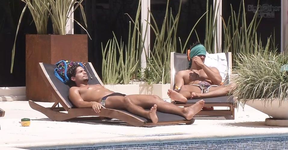 13.fev.2013 - André e Marcello tomam banho de sol e conversam sobre o carnaval do lado de fora da casa