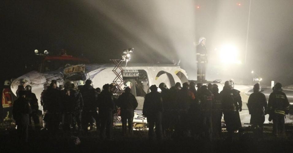 13.fev.2013 - Ao menos quatro pessoas morreram e 12 ficaram feridas após um avião realizar um pouso de emergência na Ucrânia nesta quarta-feira (13). Na foto, bombeiros e equipes de resgate trabalham nos destroços do avião, que transportava 45 pessoas