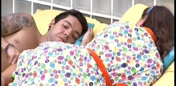 13.fev.2013 - Após o almoço, Nasser e Andressa descansam juntos nas almofadas do jardim