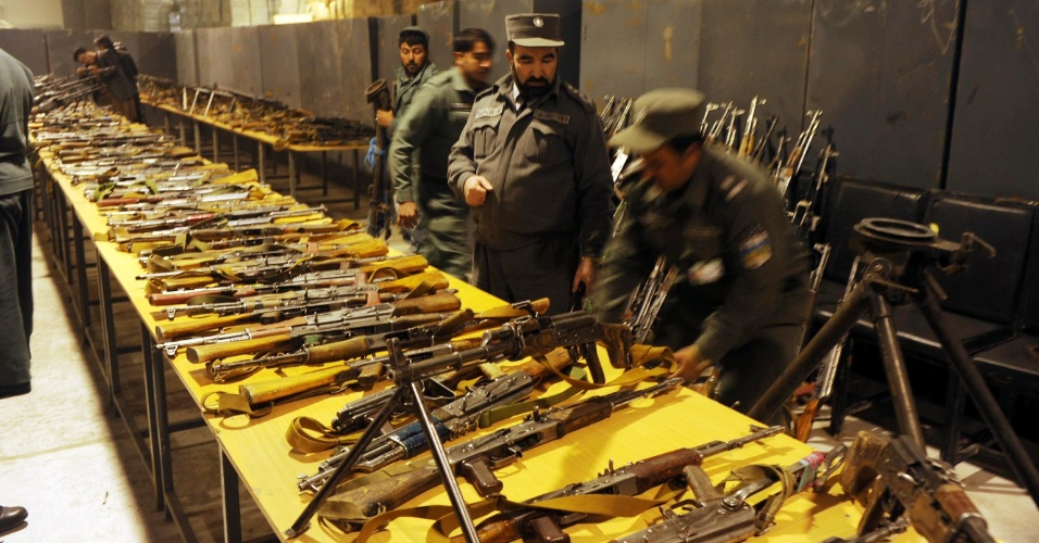 13.fev.2013 - Armas são apreendidas por policiais afegãos na província de Herat, a oeste do Afeganistão
