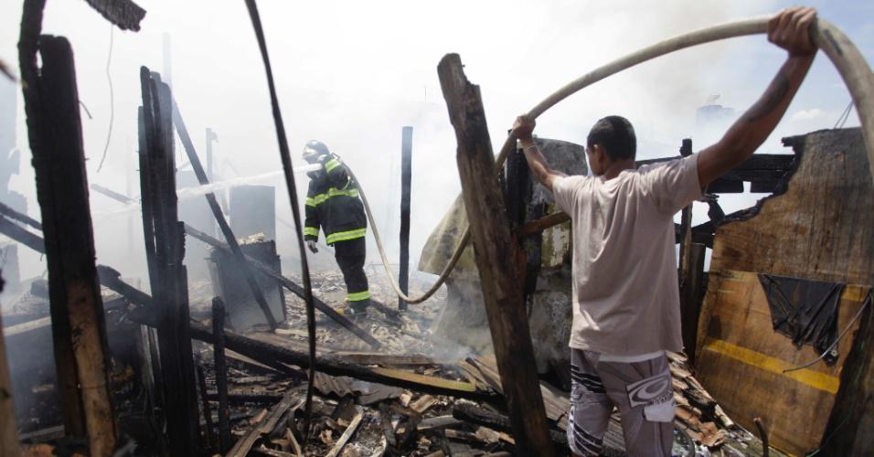 13.fev.2013 - Bombeiros controlam incêndio que atingiu a favela Baquirivu, em Guarulhos, na Grande São Paulo