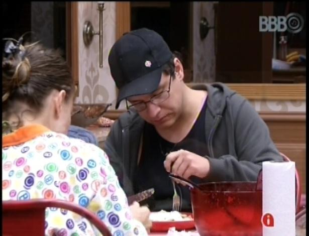 13.fev.2013 - Brothers comem macarrão preparado por Natália no grupo da xepa