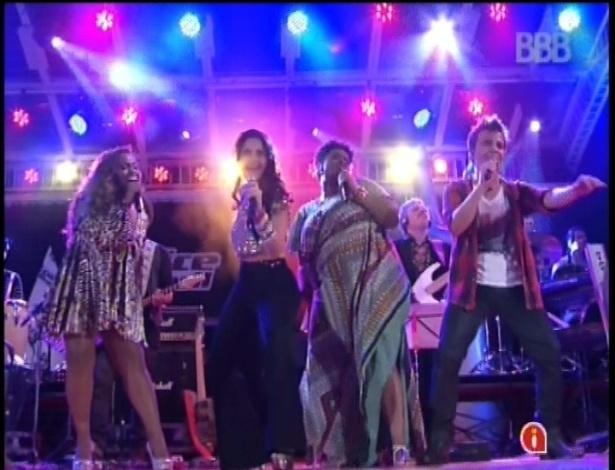 """13.fev.2013 - Mira Callado e Ludmillah Anjos, cantoras do """"The Voice Brasil"""", se apresentam juntas na casa do """"BBB13"""""""