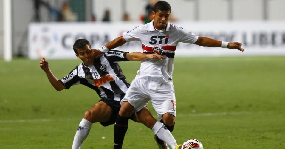 13.fev.2013 - Denilson, do São Paulo, protege a bola da chegada de Leandro Donizete, do Atlético-MG