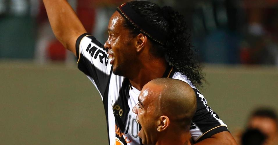 13.fev.2013 - Diego Tardelli e Ronaldinho Gaúcho comemoram após o Atlético-MG abrir o placar contra o São Paulo