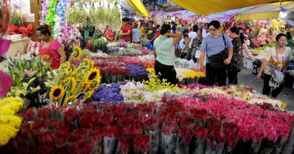 13.fev.2013 - Donos de floriculturas em Manila compram flores em atacado véspera da celebração do Dia dos Namorados (Valentine´s Day) nas Filipinas