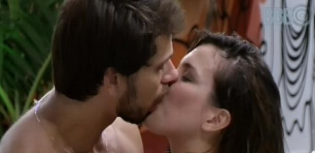 13.fev.2013 - Eliéser e Kamilla se beijam durante festinha surpresa