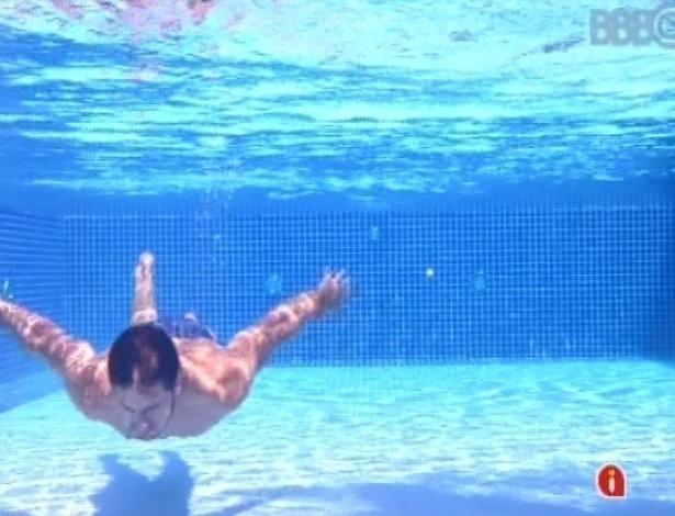 13.fev.2013 - Eliéser mergulha na piscina para aliviar o forte calor desta tarde de sol