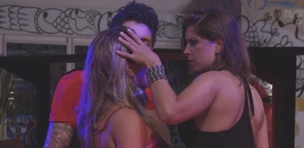13.fev.2013 - Fani chora por estar triste e não saber o motivo e é consolada por Nasser e Andressa