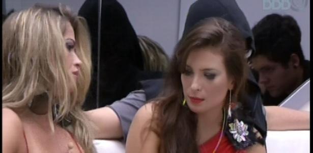 13.fev.2013 - Fani e Kamilla conversam antes do apresentador Pedro Bial fazer contato com a casa