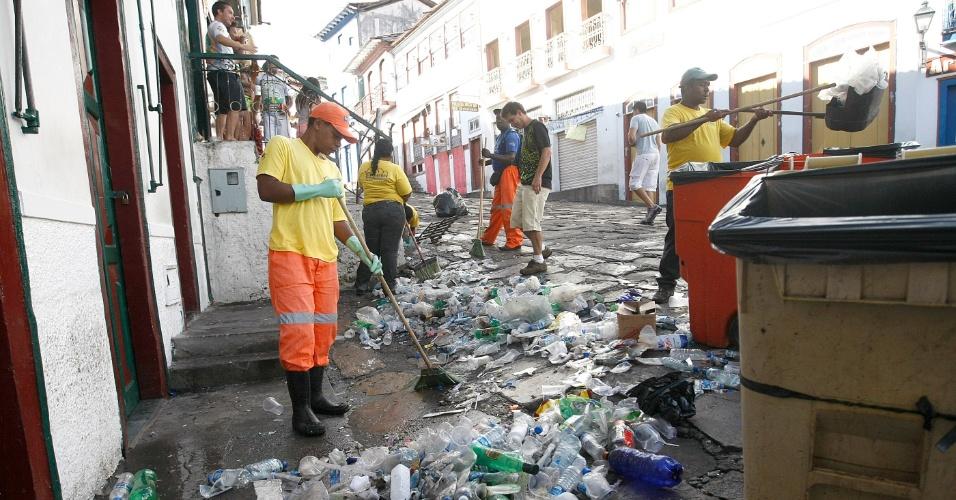 13.fev.2013 - Garis limpam ruas de Diamantina (MG), nesta quarta-feira (13), após os festejos de Carnaval
