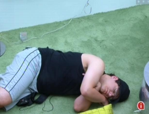 13.fev.2013 - Ivan dorme no chão do sala junto a outros brothers após toque de despertar