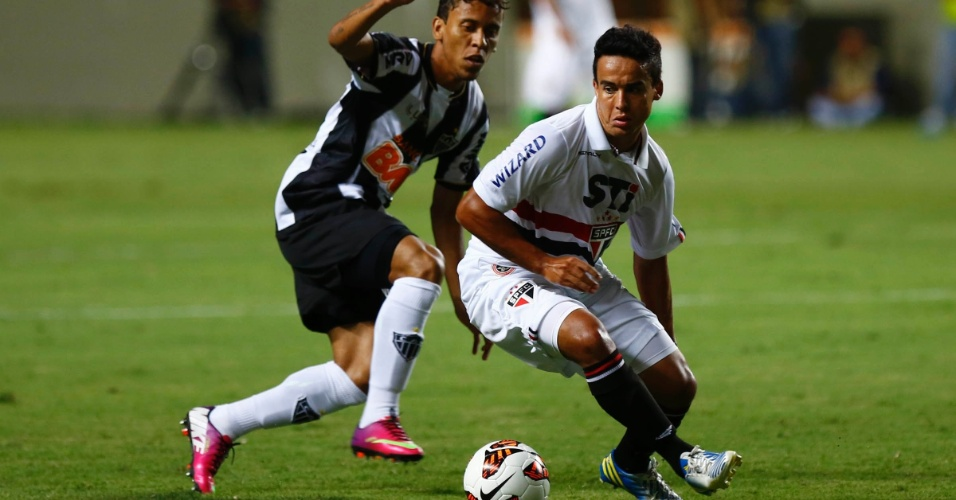 13.fev.2013 - Jadson, do São Paulo, dribla jogador do Atlético-MG