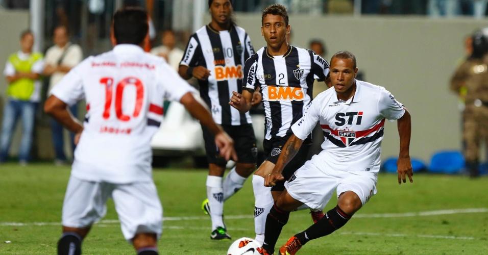 13.fev.2013 - Jadson e Luis Fabiano, do São Paulo, tentam a tabela durante jogo contra o Atlético-MG
