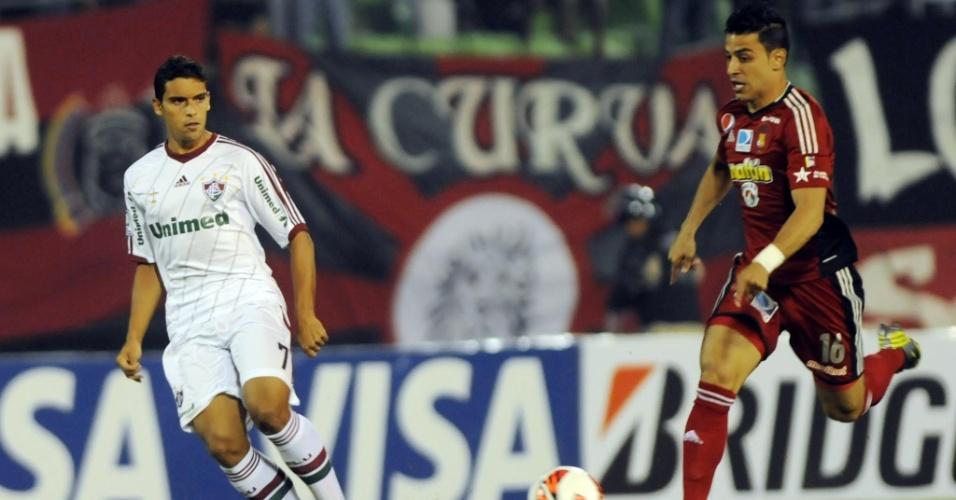 13.fev.2013 - Jean, do Fluminense, acompanha o jogador do Caracas