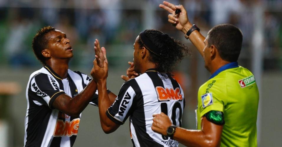 13.fev.2013 - Jô comemora gol do Atlético-MG com Ronaldinho Gaúcho enquanto árbitro pede o reinício da partida
