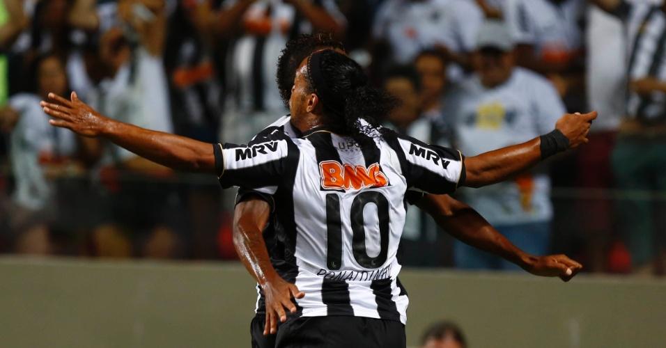 13.fev.2013 - Jô e Ronaldinho Gaúcho comemoram após o Atlético-MG abrir o placar contra o São Paulo