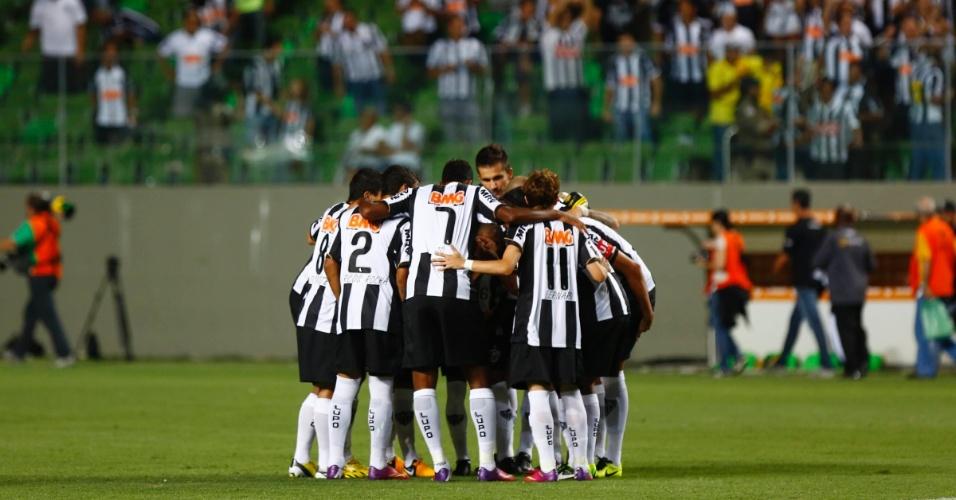 13.fev.2013 - Jogadores do Atlético-MG conversam pela última vez antes do início do jogo contra o São Paulo
