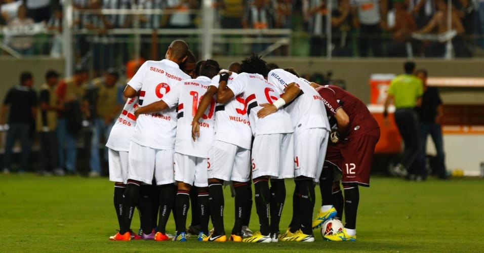 13.fev.2013 - Jogadores do São Paulo conversam pela última vez antes do início do jogo contra o Atlético-MG
