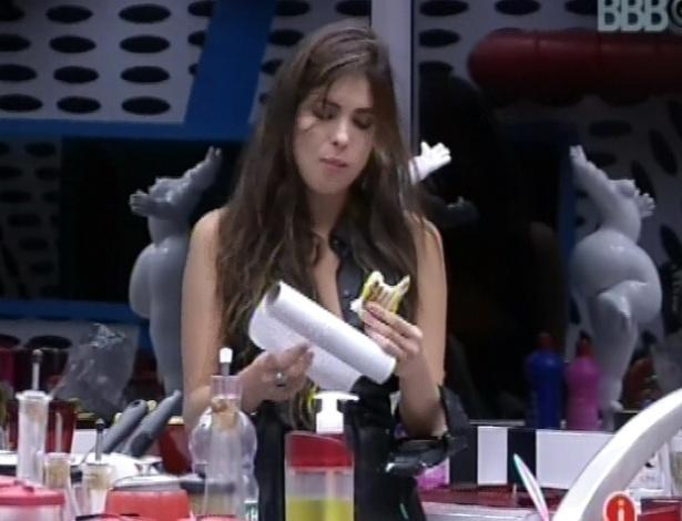 """13.fev.2013 - Kamilla faz um sanduíche na cozinha da casa grande e diz que anda muito """"comilona"""" no programa"""
