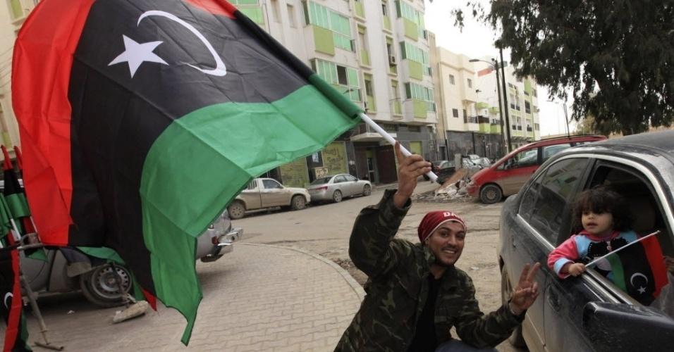 13.fev.2013 - Líbios se preparam para as comemorações do segundo ano da revolta contra o ex-ditador Muammar Gaddafi nesta quarta-feira (13), em Bengazi. A cidade foi o berço do levante iniciado em fevereiro de 2011, que acabou com a morte do ditador em outubro daquele ano