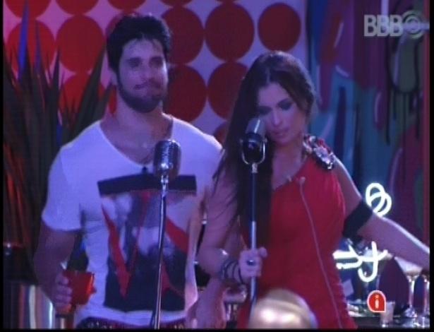 13.fev.2013 - Marcello e Kamilla cantam juntos e se divertem na festa