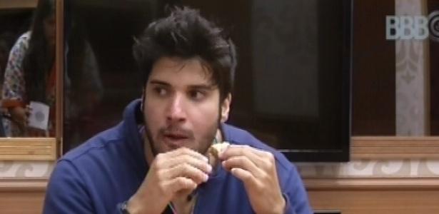 13.fev.2013 - Marcello toma café da manhã e ajuda Natália e Andressa a fazer bolo
