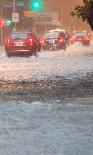 13.fev.2013 - Motoristas enfrentam alagamento na rua Jamaris, em Moema (zona sul de São Paulo), após a chuva que a atingiu a cidade na tarde desta quarta-feira (13)