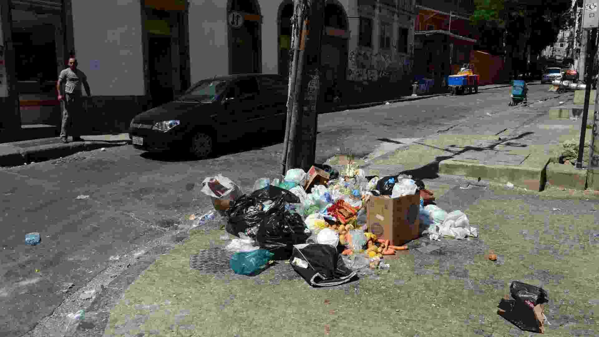 13.fev.2013 - Na rua da Lapa, no Rio de Janeiro, lixo ainda esperava pela remoção da Comlurb (Companhia Municipal de Limpeza Urbana) na manhã desta Quarta-feira de Cinzas, após a passagem de dezenas de blocos de rua na cidade durante o Carnaval - Carlão Limeira/UOL