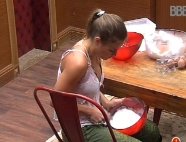 13.fev.2013 - Natália bate ovos com farinha para fazer um bolo de banana para o grupo da xepa