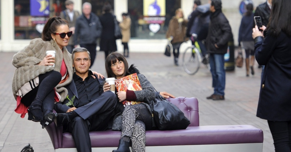 """13.fev.2013 - O Carnaval passou e você percebeu que ficar sozinho só é legal nos dias de folia? Corra para a Carnaby street, em Londres, no Reino Unido, onde um """"George Clooney"""" está à sua espera com uma rosa na mão, sentado em uma poltrona bem confortável. O boneco de cera, pertencente ao museu britânico Madame Tussauds, arranca quase tantos suspiros quanto o original e foi colocado no meio da rua em homenagem ao Valentine's Day (Dia de São Valentim), o dia dos namorados comemorado em vários países no dia 14 de fevereiro"""