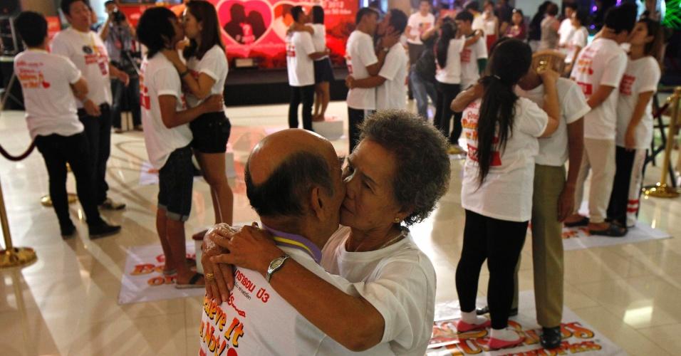 13.fev.2013 - O casal Bunjed Yomjinda (esquerda), 74, beija Suwanna Yomjinda, 72, durante uma tentativa de quebrar o recorde mundial do beijo mais longo, em Pattaya, a 150 km (90 milhas) a leste de Bangkok, na Tailândia. Nove casais tentam até quinta-feira (14), entrar para o Guiness Book, quebrando o recorde anterior, de 50 horas, 25 minutos e 1 segundo, realizado por um casal tailandês