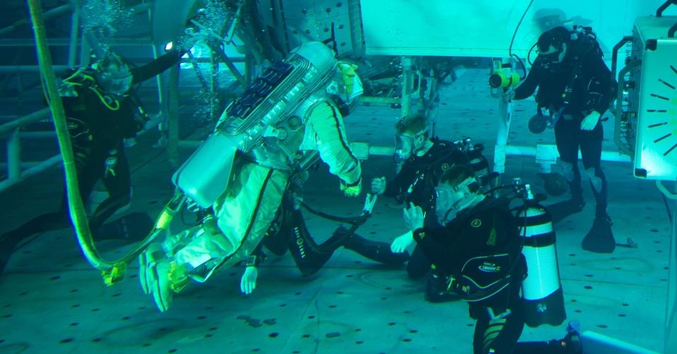 13.fev.2013 - O cosmonauta Alexander Samoukutyaev participa de treinamento em uma piscina, em um centro espacial nos arredores de Moscou, na Rússia