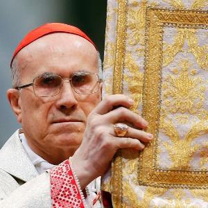 O italiano Tarcisio Bertone, 78, é secretário de Estado do Vaticano, o cardeal camerlengo