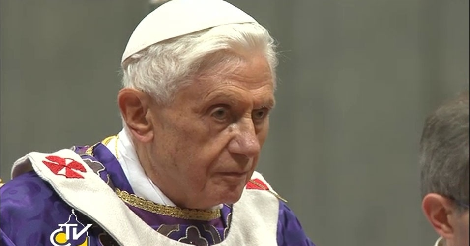 13.fev.2013 - Papa Bento 16 celebra missa da quarta-feira de Cinzas na Basílica de São Pedro, no Vaticano