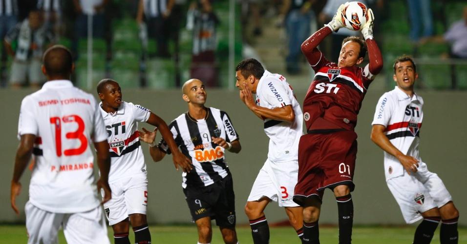 13.fev.2013 - Rogério Ceni, do São Paulo, sai para fazer a defesa durante jogo contra o Atlético-MG