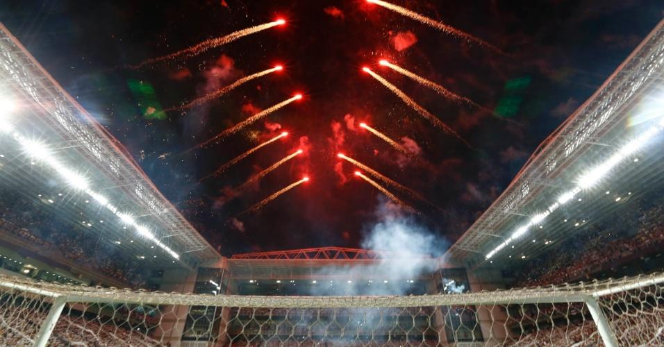 13.fev.2013 - Show pirotécnico no Independência antecede o duelo Atlético-MG x São Paulo