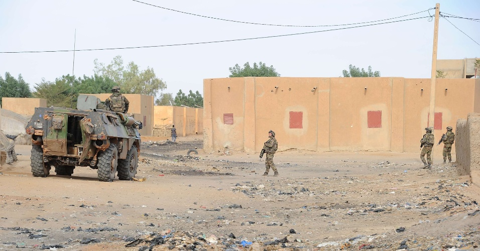 13.fev.2013 - Soldados franceses patrulham área próxima a uma casa abandonada onde uma bomba caseira de 600 kg foi encontrada em Gao (Mali)