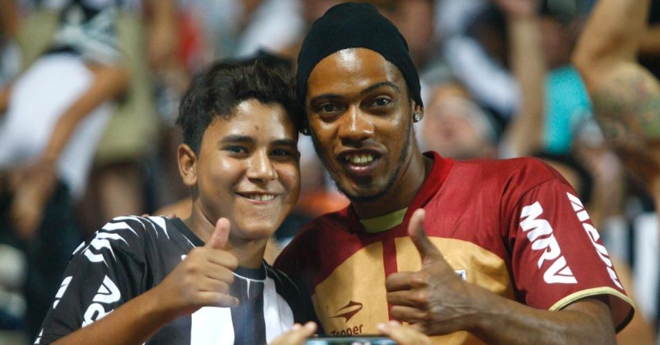 13.fev.2013 - Sósia de Ronaldinho Gaúcho aparece nas arquibancadas do Independência