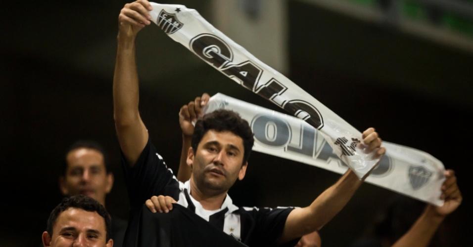 13.fev.2013 - Torcedor ergue faixa de apoio ao Atlético-MG antes da partida de estreia na Libertadores-2013, no estádio Independência. O Atlético enfrenta o São Paulo pela rodada inicial do grupo 3 da Libertadores