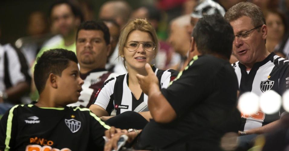 13.fev.2013 - Torcedora do Atlético-MG aguarda o início da partida entre Atlético-MG e São Paulo pela fase de grupos da Libertadores